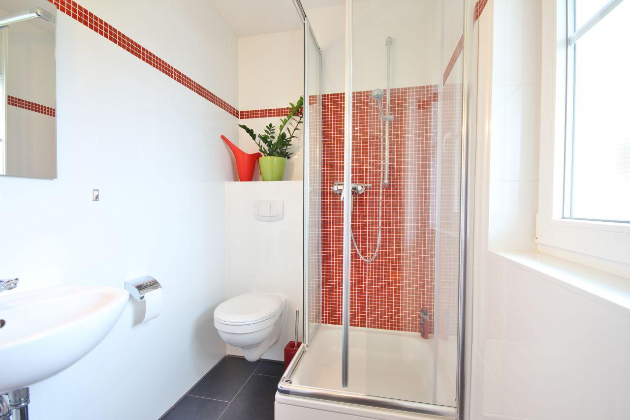 gaste wc mit dusche kosten zwei duschen eine badewanne. Black Bedroom Furniture Sets. Home Design Ideas