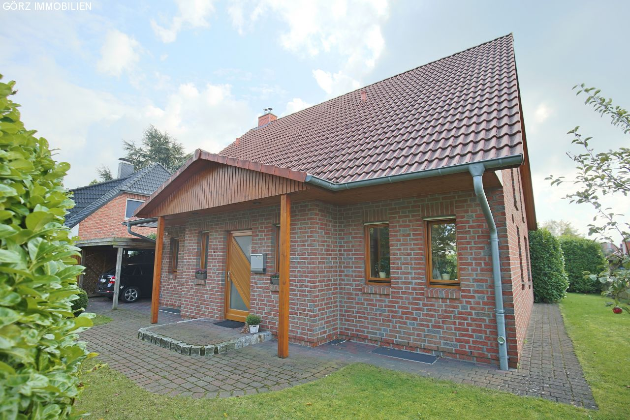 Eingang mit Carport links